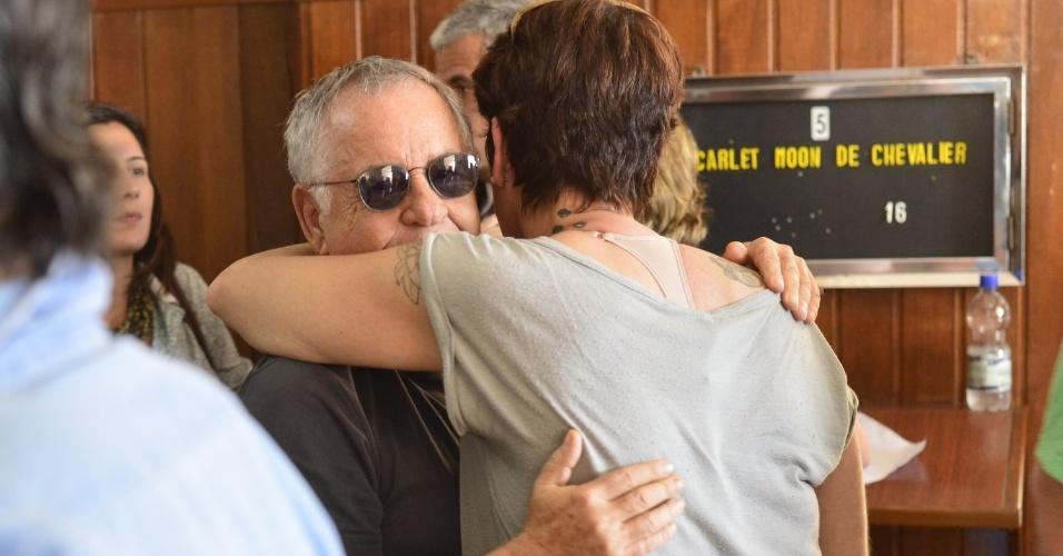05.jun.1013 - Nelson Motta abraça a filha de Scarlett Moon