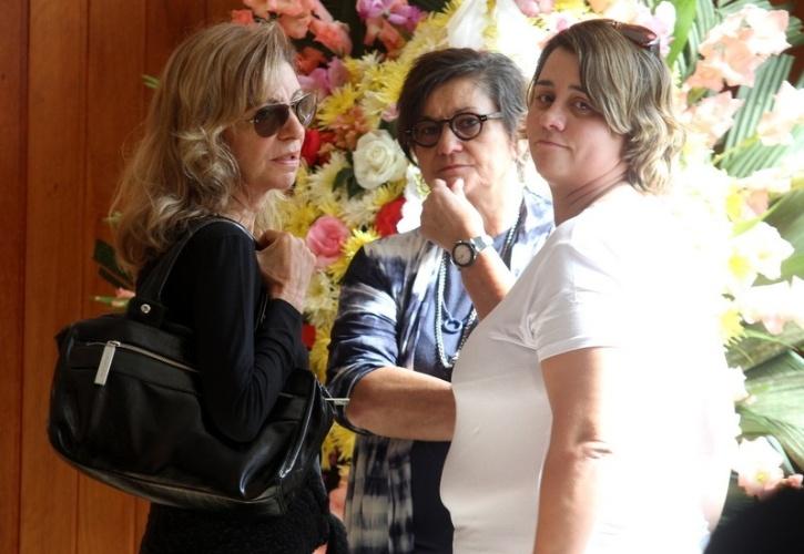 05.jun.2013 - A atriz Marília Pêra comparece ao velório da ex-mulher de Lulu Santos