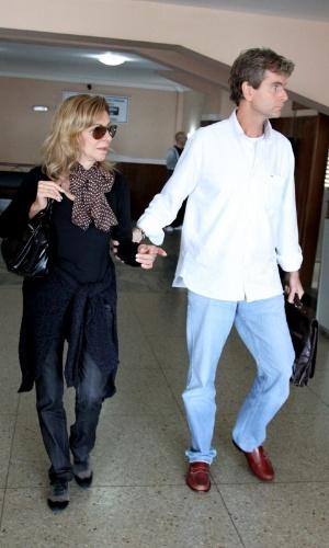 05.jun.2013 - Marília Pêra chega ao velório de Scarlet Moon de Chevalier acompanhada do marido