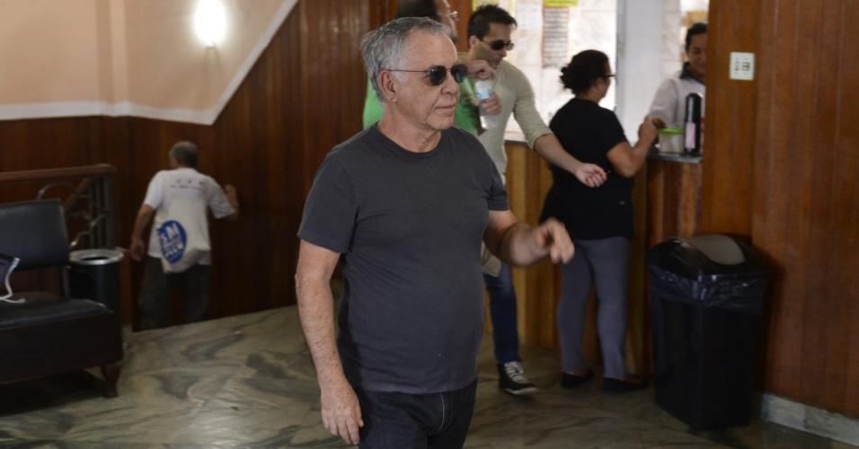 05.jun.2013 - Nelson Motta comparece ao velório da jornalista Scarlet Moon
