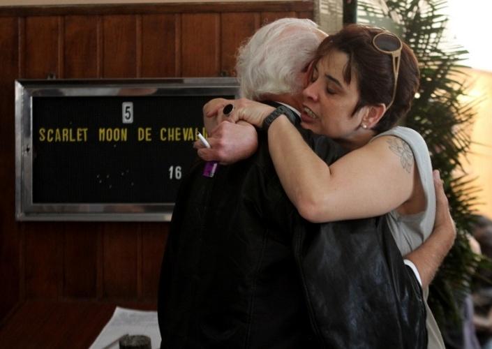 05.jun.2013 - Ney Latorraca abraça a filha de Scarlet Moon