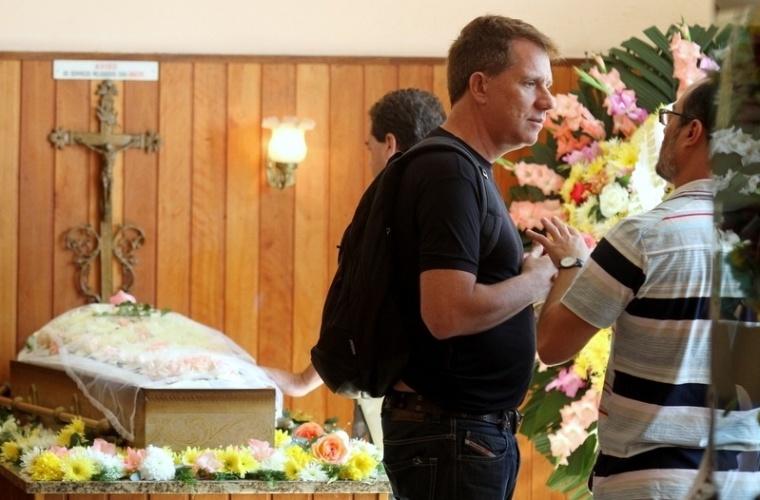 05.jun.2013 - O ator Luiz Salém comparece ao velório da ex-mulher de Lulu Santos