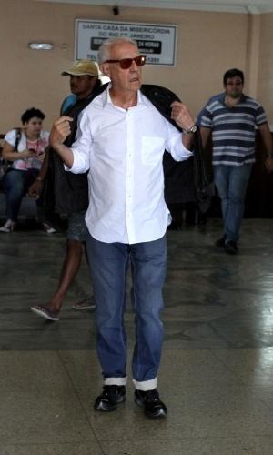 05.jun.2013 - O ator Ney Latorraca é clicado no velório da ex-mulher de Lulu Santos