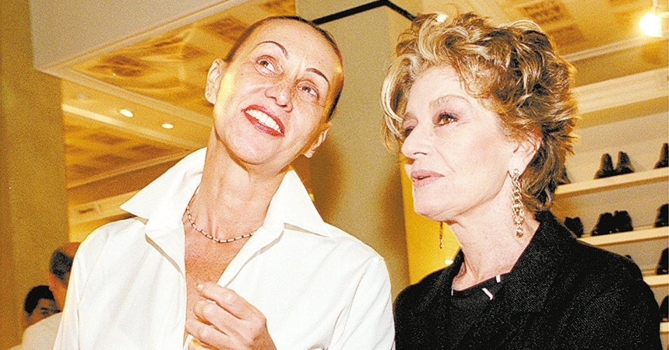 25.abr.2001 - Scarlet Moon e Costanza Pascolato em evento na Daslu, em São Paulo