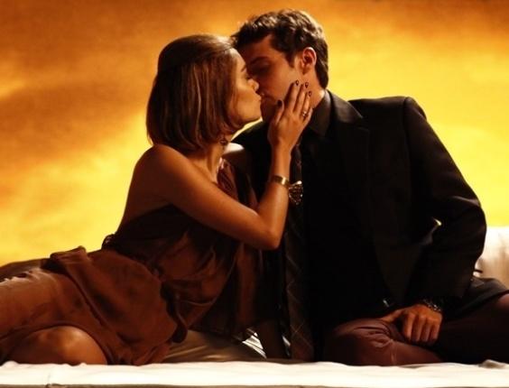 """Em """"Sangue Bom"""", Amora faz ensaio sensual com Maurício após saber de beijo e Malu e Bento"""