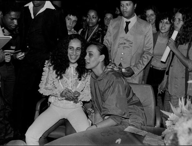Scarlet Moon conversa com Maria Bethânia durante lançamento de livro de fotos sobre a cantora