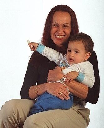 Scarlet Moon e um de seus netos em foto publicada pela filha da jornalista, Theodora Chevalier