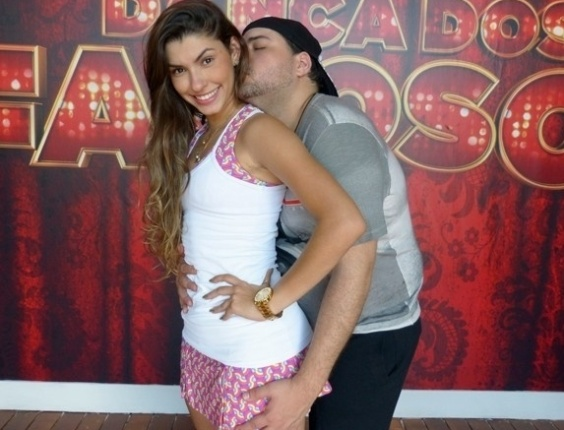 06.Jun.2013 - Tiago Abravanel  mostra seu carinho pela professora, Ana Paula Guedes
