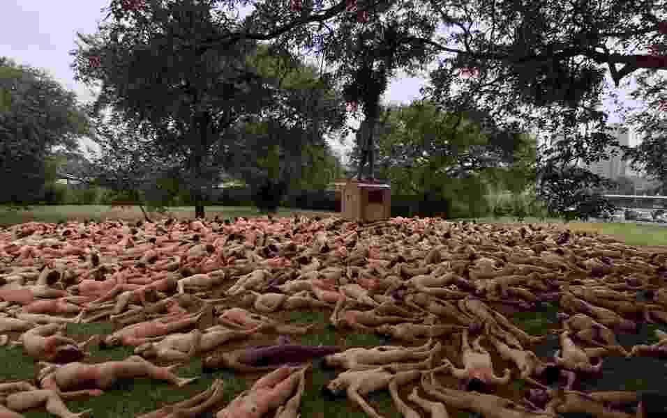 """27.abril.2002 - No Brasil, cerca de 1.100 pessoas posam nuas no ensaio fotográfico """"Nude Adrift"""", realizado no Parque Ibirapuera como parte da programação da Bienal de Arte de São Paulo - Patrícia Santos/Folhapress"""