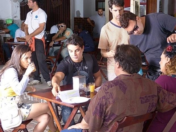 """5.jun.201 3 - Tatá Werneck, a periguete Valdirene, Anderson Di Rizzi (à dir.), Luis Melo (Á esq.) e Elizabeth Savalla gravam cenas de """"Amor à Vida"""" em bar na zona oeste do Rio de Janeiro"""