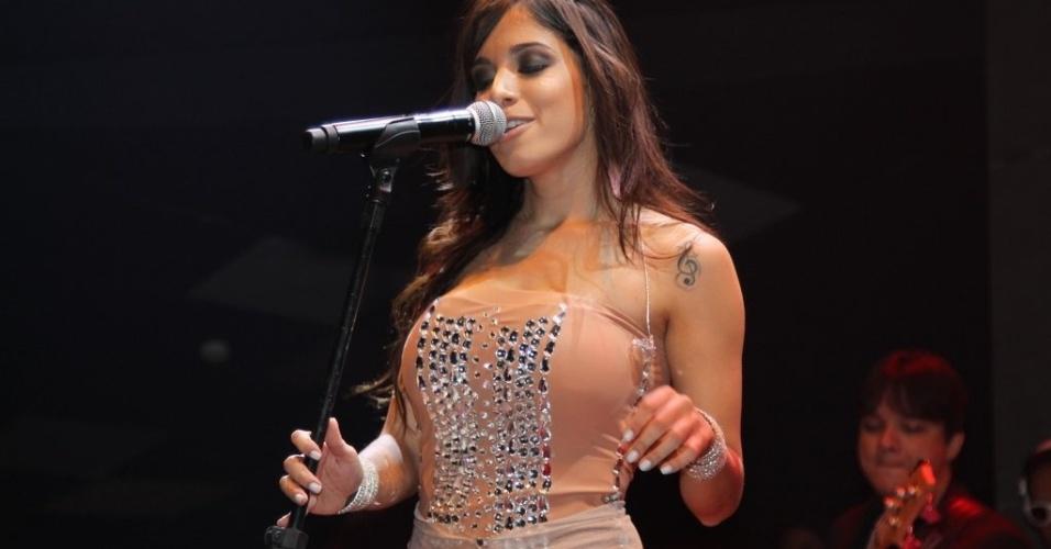 """5.jun.2013 - Anitta faz show em São Paulo, no Villa Mix. Adepta do funk melody, que mistura o romantismo à batida de tamborzão ? o famoso e onipresente """"tchu, tcha"""" ?, Anitta já é chamada por muitos no meio de """"o Naldo de saias"""", em referência ao cantor de """"Amor de Chocolate"""", o hit do uísque ou água de coco"""