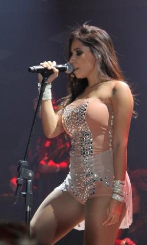 """5.jun.2013 - Anitta faz show em São Paulo, no Villa Mix. Adepta do funk melody, que mistura o romantismo à batida de tamborzão - o famoso e onipresente """"tchu, tcha"""" -, Anitta já é chamada por muitos no meio de """"o Naldo de saias"""", em referência ao cantor de """"Amor de Chocolate"""", o hit do uísque ou água de coco"""