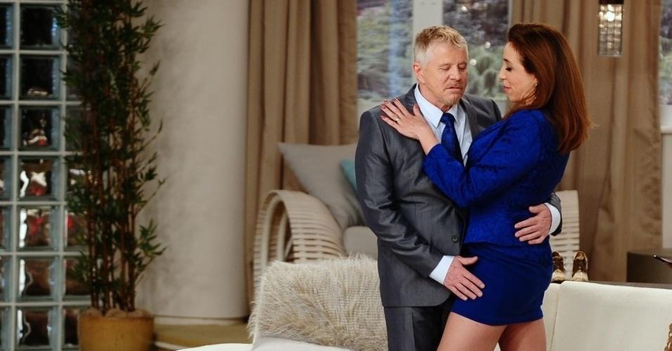 """5.jun.2013 - Miguel Falabella e Marisa Orth contracenam abraçados na gravação do segundo episódio do novo """"Sai de Baixo"""""""