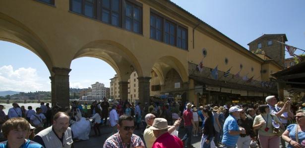 """Visitantes caminham na Ponte Vecchio sob o Corredor Vasariano, em Florença. O local é uma das locações que aparecem no livro """"Inferno"""", do escritor norte-americano Dan Brown, um suspense inspirado na """"Divina Comédia"""", de Dante Alighieri - AFP Photo/Claudio Giovanni"""