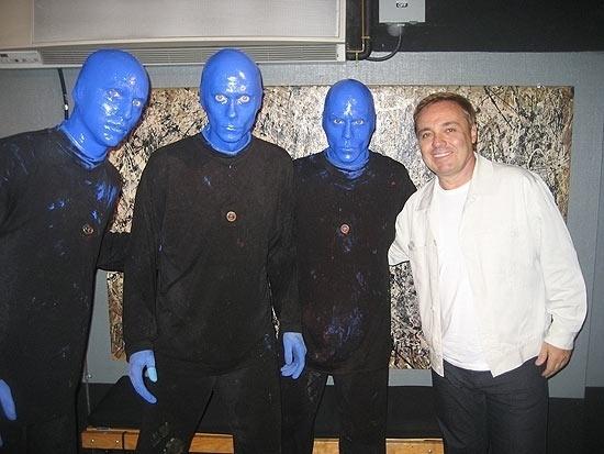 """Gugu estreou seu """"Programa do Gugu"""" na Record no dia 30 de agosto de 2009. Ao abrir o programa, o apresentador agradeceu à direção da emissora """"pela confiança"""" que depositaram nele. Ele também agradeceu aos telespectadores e ao auditório. Gugu afirmou que seu programa iria mesclar os quadros com antigas atrações de seu programa no SBT. Na ocasião, Gugu exibiu uma entrevista com os integrantes do Blue Man Group"""