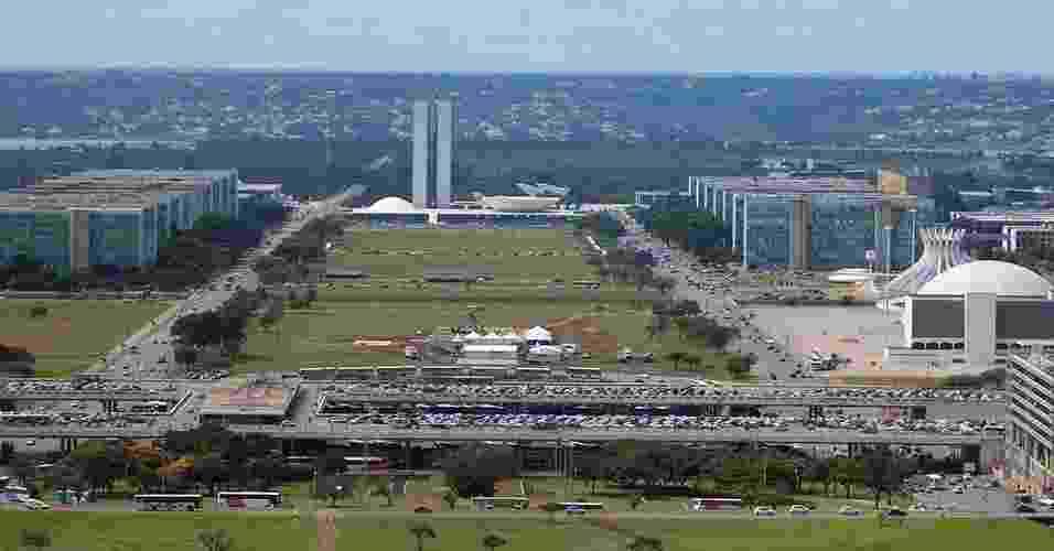 Eixo Monumental de Brasília visto da Torre de TV. Ao fundo, o Congresso Nacional. Os prédios idênticos nas laterais formam a Esplanada dos Ministérios. À direita, vemos ainda o Conjunto Cultural da República, formado, de frente para trás, pela Biblioteca Nacional, o Museu da República e a Catedral Metropolitana de Brasília - Renata Gama/UOL