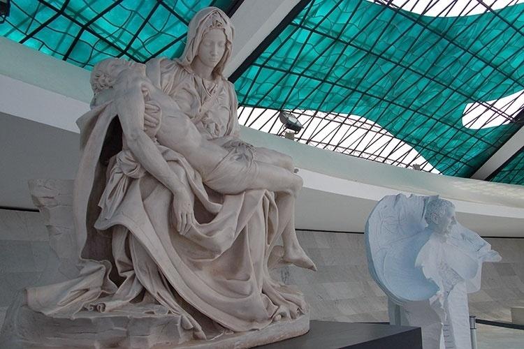 Réplica da escultura Pietá, de Michaelangelo, exposta na Catedral Metropolitana