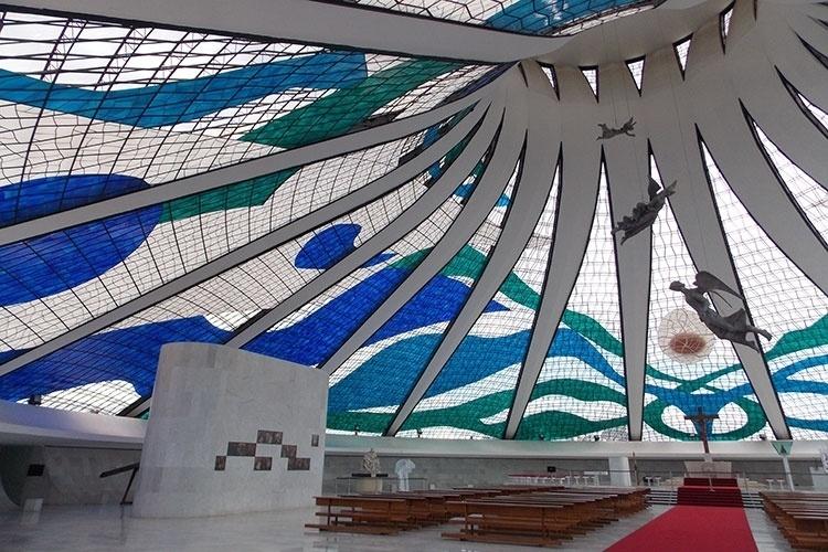 Projetada por Oscar Niemeyer, a Catedral Metropolitana de Brasília é um dos cartões postais da capital federal