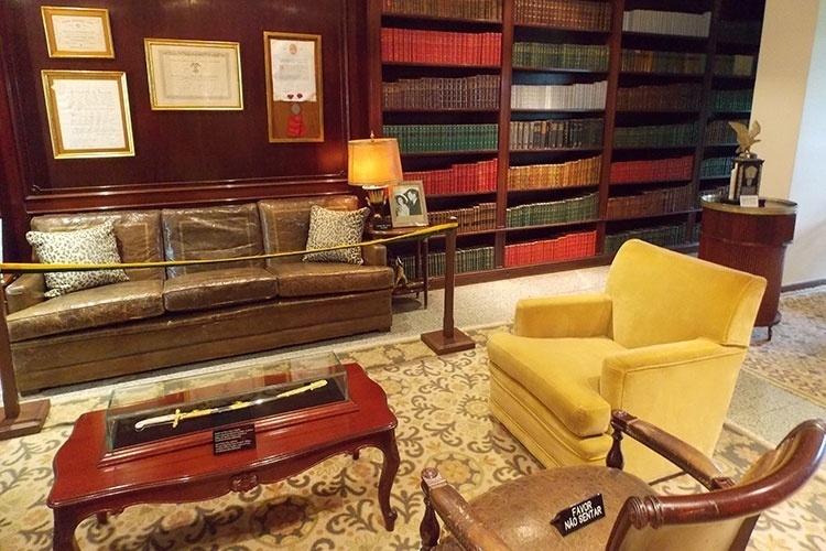 Biblioteca de Juscelino Kubitschek foi reproduzida no Memorial JK. Os livros são originais de seu acervo