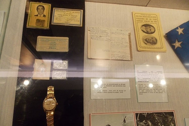 Documentos e objetos pessoais de Juscelino Kubitschek em exibição no Memorial JK