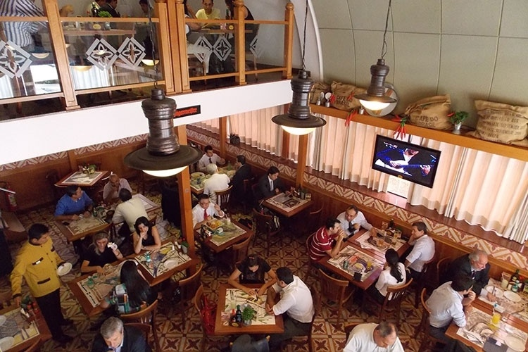 Restaurantes interessantes, como o Mercado 53 (foto) ou o Coco Bambu estão localizados no Shopping Brasília