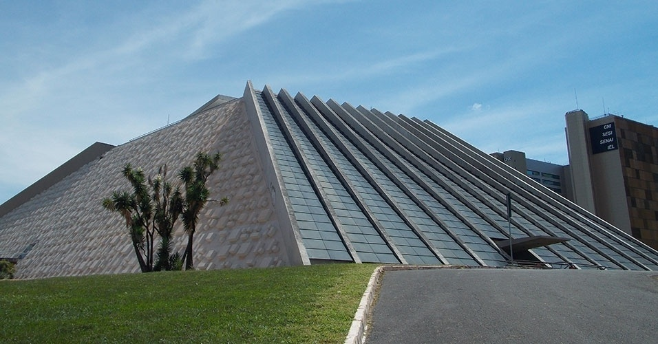 O prédio que chama atenção por se assemelhar a uma pirâmide asteca no Eixo Monumental, o Teatro Nacional, também leva a assinatura de Oscar Niemeyer