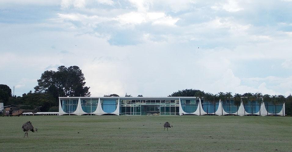 Palácio da Alvorada, residência oficial da presidência, recebe visitantes às quartas-feiras a partir das 15h. Emas do jardim também são atração do local