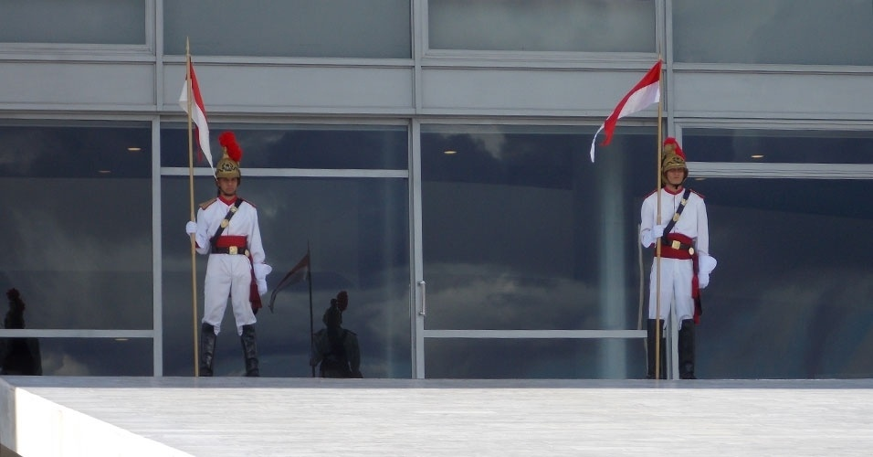 Soldados da rampa do Palácio do Planalto também são atração. Turistas costumam se aglomerar em frente ao prédio por volta das 16h, quando é feita a troca da guarda, para assistir à cerimônia cotidiana