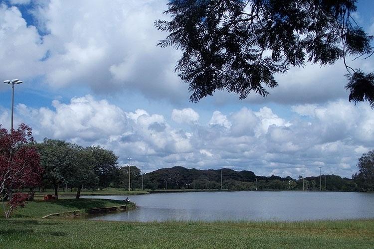 O Parque da Cidade, localizado na porção sul do Plano Piloto, é um respiro de verde em meio ao concreto dos monumentos da cidade. Visitantes aproveitam o dia de sol na beira do lago