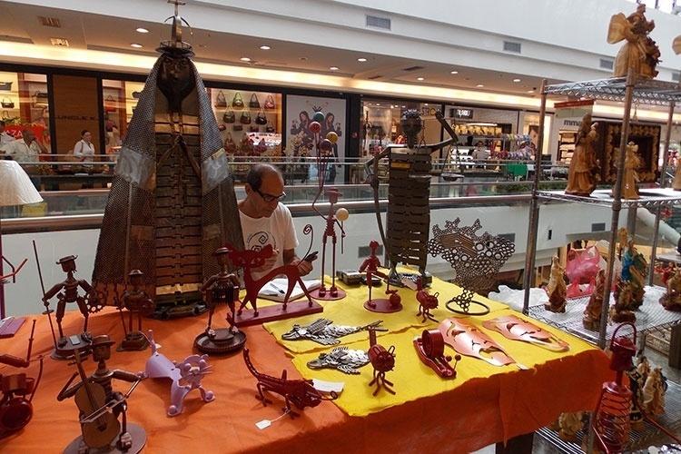 A feirinha e artesanato do Brasília Shopping reúne a cada dois meses artesãos do Distrito Federal. Eles vendem suas peças em bronze, artigos de palha de milho, tecido entre outros