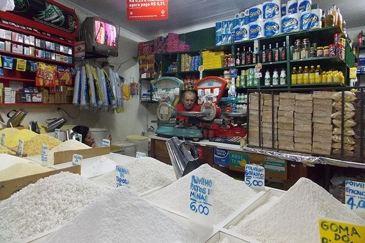 Numa cidade onde não há feiras nas ruas, a Feira do Guará, localizada na cidade satélite do Guará, faz as vezes de mercadão. Reúne boxes de produtos alimentícios, hortifrúti, carnes, roupas e outros itens. A feira é localizada ao lado da estação de metrô Guará