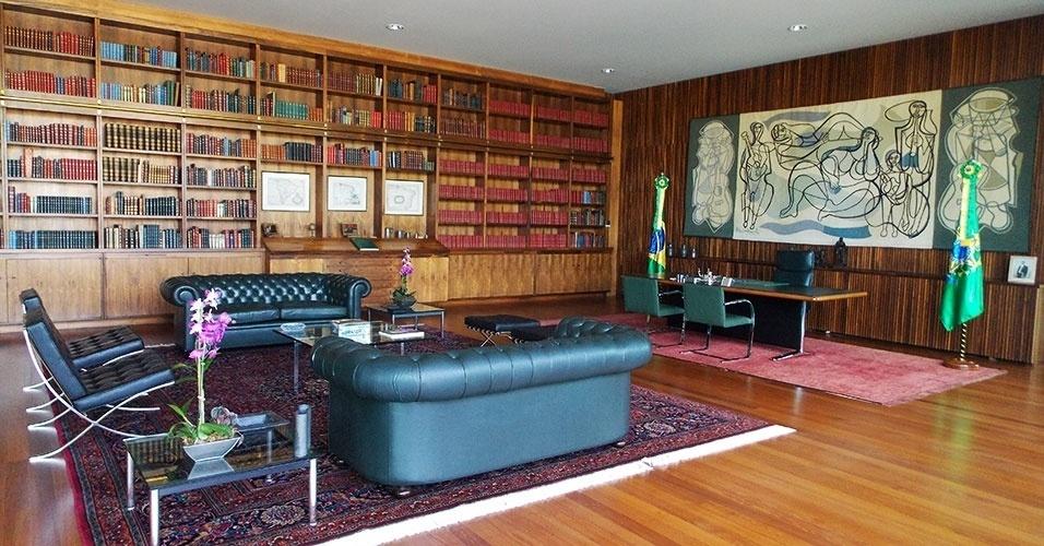 É da biblioteca do Palácio da Alvorada que a presidente despacha, quando trabalha de casa. O espaço é decorado com uma tapeçaria de Di Cavalcanti