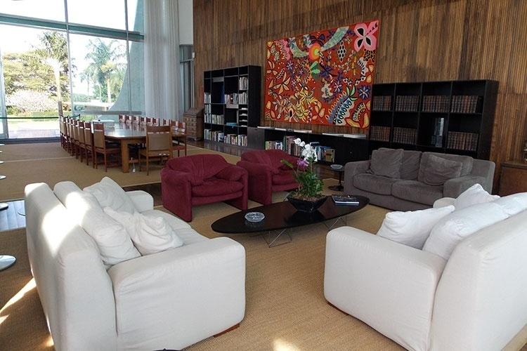 O salão de Estado do Palácio da Alvorada é mobiliado com mescla de móveis contemporâneos e antigos. Na parede de jacarandá-da-baía, sobressai a tapeçaria de Kennedy Bahia, com o título Flora e Fauna da Bahia