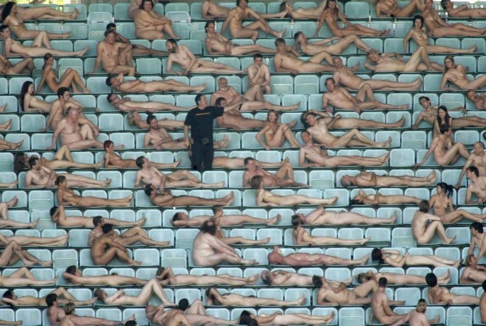 11.maio.2008 - Tunick cooderna cerca de 1800 pessoas nuas no estádio de futebol Ernst Happel em Vienna