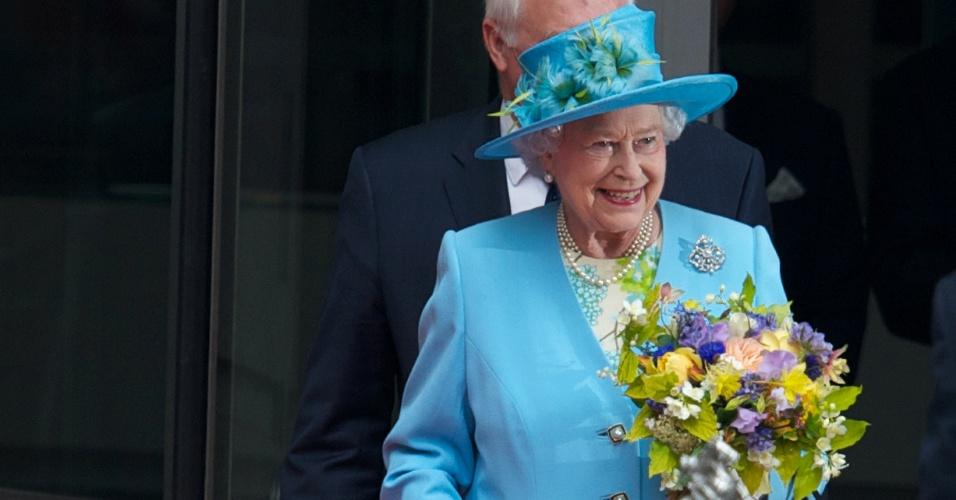 7.jun.2013 - Rainha Elizabeth II deixa instalações da BBC em Londres após inaugurá-la oficialmente