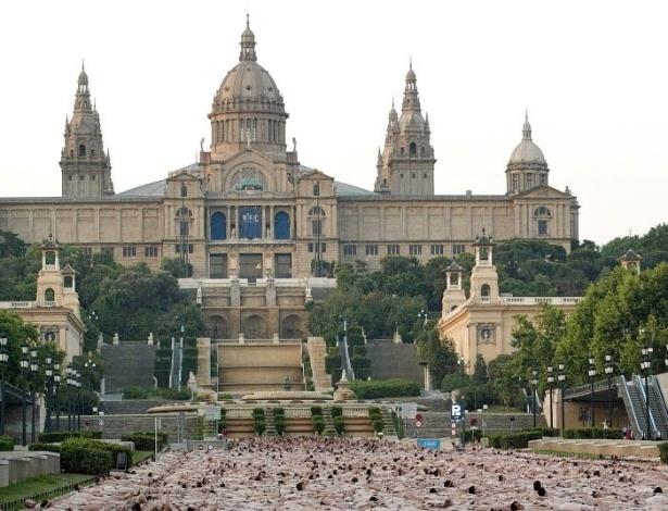 8.junho.2003 - Cerca de sete mil pessoas posa em frente ao Museu de Arte da Catalunha, em Barcelona. É um dos maiores trabalhos do fotógrafo