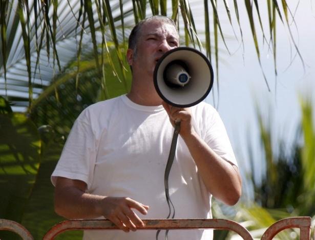 8.outubro.2007 - Tunick coordena um grupio de 200 mulheres em piscina de Miami