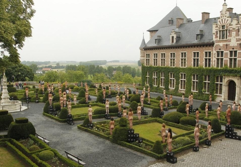 """9.julho.2011 - Cerca de 800 pessoas posam em frente ao castelo Gaasbeek, na Bélgica. A instalação foi batizada de """"Sleeping Beauties"""""""