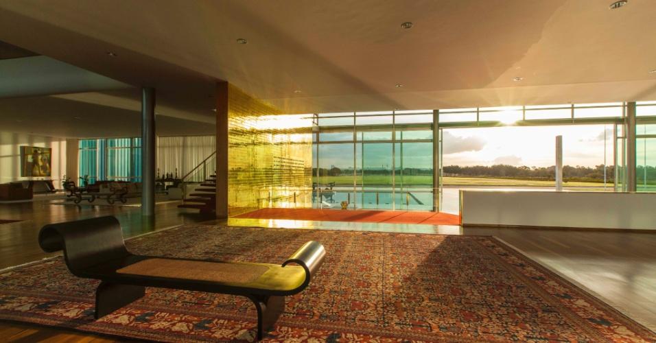 A partir de uma fachada cujos arcos revestidos de mármore lembram redes nas varandas de casarões coloniais, o arquiteto Oscar Niemeyer projetou transparências infinitas, nas paredes, portas, salões e áreas de convivência do Palácio da Alvorada