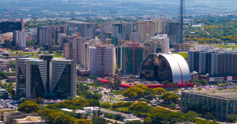 A partir do Brasília Shopping, parte o ônibus turístico de dois andares que leva os visitantes aos principais símbolos da Capital Federal, o que é um bom motivo para conhecê-lo, antes ou depois do passeio