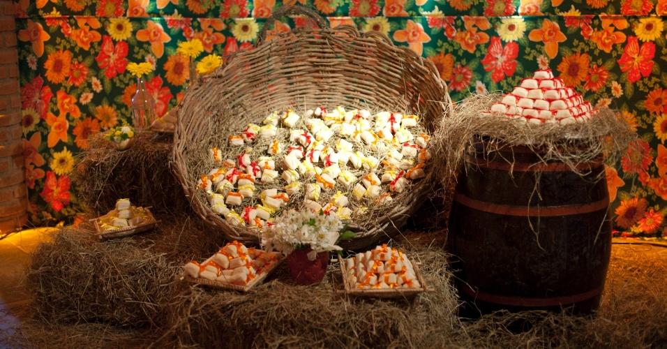 Decoração do casamento de Vivian Silveira & Rodrigo Cicconi inspirada em festa junina. O casamento para aproximadamente 180 convidados foi realizado em Cotia (SP) em junho de 2012