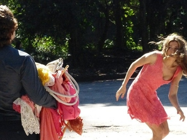 """Em """"Flor do Caribe"""", com ódio Alberto expulsa Ester de casa e joga suas roupas na rua"""