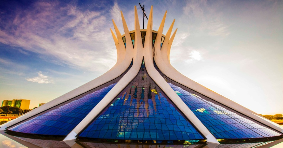 Na parte exterior da Catedral Metropolitana de Brasília, igreja dedicada a Nossa Senhora Aparecida, chamam a atenção as 16 colunas curvas de concreto, que parecem fazer um movimento de união e separação (das pontas)