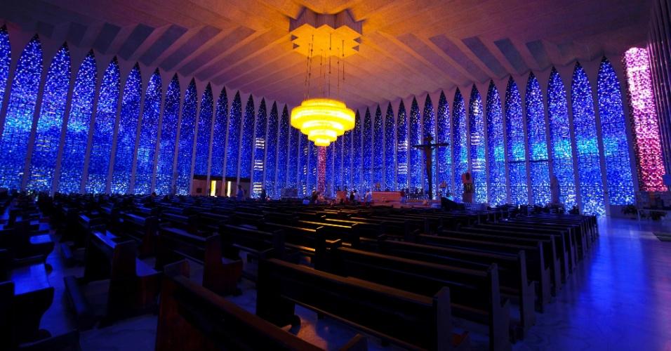 O amplo interior do Santuário Dom Bosco é de um azul fulgurante durante o dia, graças aos compridos vitrais entre as colunas de sustentação, de inspiração gótica