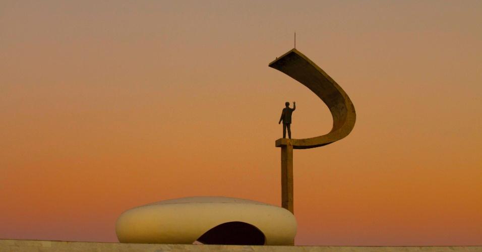 O meio círculo que envolve a figura humana do pedestal do Memorial JK tem o formato semelhante ao de uma foice, a foice do brasão de armas dos soviéticos, mais uma provocação do arquiteto Oscar Niemeyer
