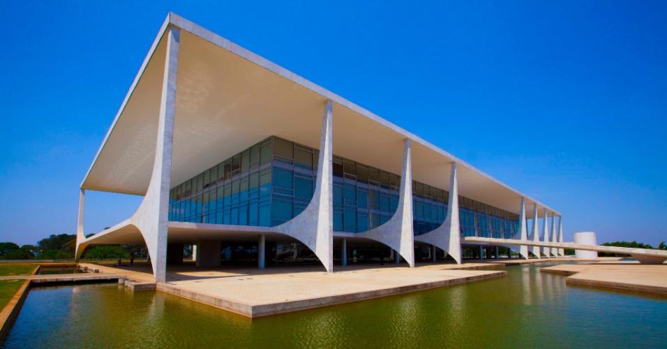 O Palácio do Planalto, sede do poder Executivo, pode ser visitado aos domingos. Ou admirado a distância, aproveitando a movimentação colorida das trocas da guarda
