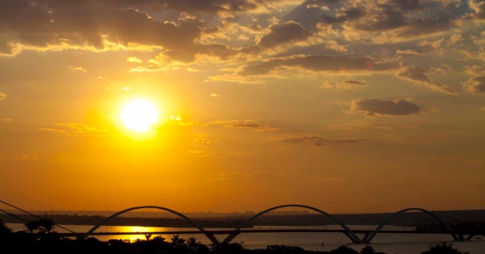 Ponte JK foi inaugurada em 2002, com seus três grandes arcos representando o movimento de uma pedra quicando na água