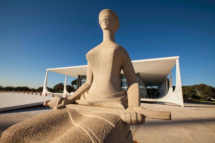 """Uma mulher sentada de olhos vendados, petrificada na escultura """"A Justiça"""", de Alfredo Ceschiatti, avisa o visitante que ele está diante do belíssimo prédio do Supremo Tribunal Federal"""