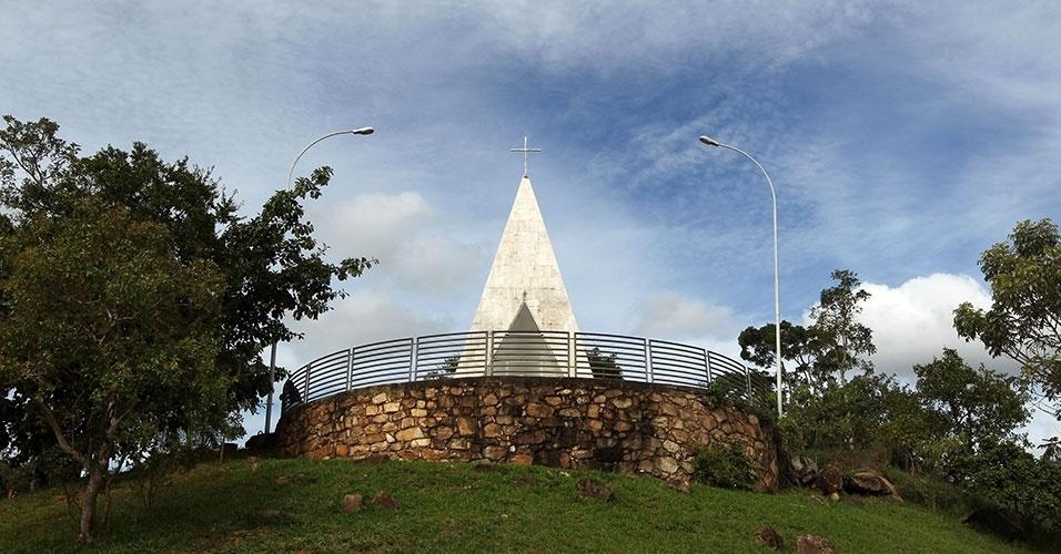 A pequena capela Ermida Dom Bosco tem projeto de Oscar Niemeyer e a fama de ser inaugurada ainda em 1957, antes de todas as outras construções que são símbolo de Brasília