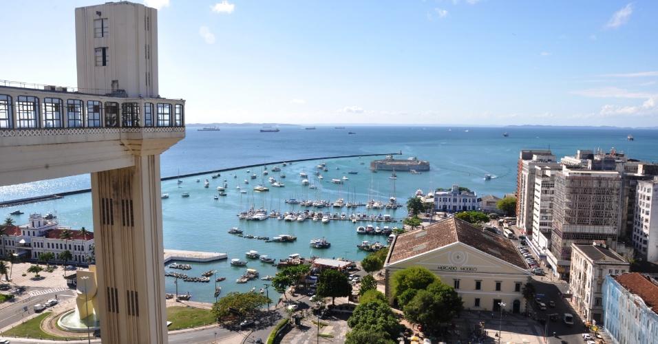 Vista da Baía de Todos os Santos, com o Elevador Lacerda à esquerda e o Mercado Modelo à direita